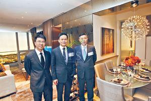 恒基營業部總經理林達民(中)及新世界營業及市務總監楊文(右)表示,尚悅將於短期內派發首張價單,2房單位訂價低於$400萬。左為恒基高級營業經理黎銘。