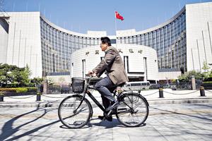 中國人民銀行近日暗示,有意放鬆人民幣對美元掛鈎政策並改為參考一籃子貨幣滙率。(中新社資料圖片)