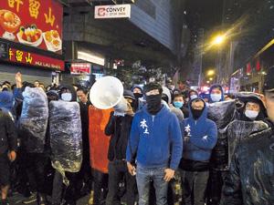 有評論認為,所謂的本土派以「家的自豪」為名,賣暴力政治為實,恐完全是反香港文明的行為。(資料圖片)