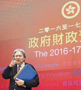 今年財政司司長曾俊華在預算案中提出很多措施來為本港經濟「織漁網」,如支援「三創」,同時又為旅遊業提供「燃料」,推廣香港。(資料圖片)