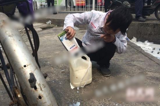 有人連盒子破爛的牛奶也不放過,帶來瓶子盛載運走。