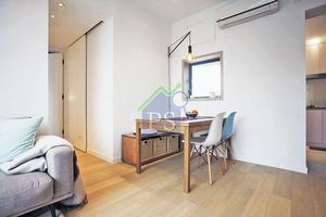 橡木飾板鋪覆窗台及窗框,木窗框美化了本來突兀的黑鐵窗戶,還成功地與室內的橡木材料連成一氣,令室內風格更見統一。