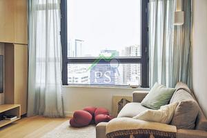 客廳簡單地放了一張布料舒適的灰色梳化,襯以薄荷綠色與白色靠墊,格外清新。