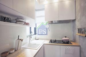 廚房造了白色廚櫃,煮食爐的牆面則以焗油玻璃鋪飾,合力呈現空間輕巧感,同時也易於打理。