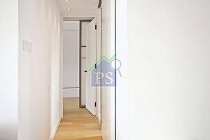 浴室門改換了白色趟門,以便騰出更多的活動及儲物空間。趟門與走廊牆同為白色,暗藏突兀的門位。