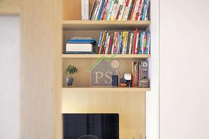 書枱上方造了橡木飾面的陳列架,方便戶主存取書籍。