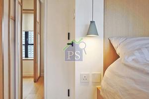 設計師布置周到,特意於趟門與睡床之間的牆面鋪砌窄身鏡,讓鏡倒影窗戶及室內面貌,營造闊落的空間感。