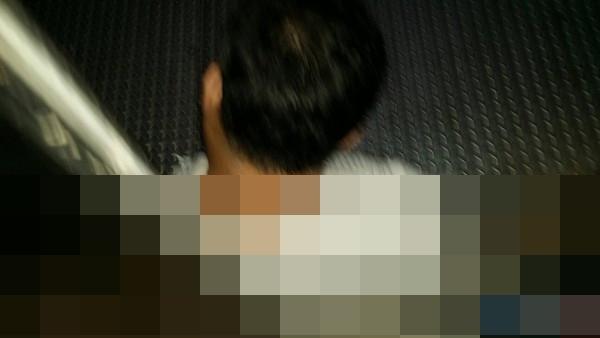 事故中,一名男子被電梯夾在一、二樓層中間。