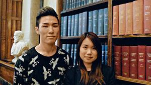 鄭浩銘(左)深知在英國的生活是「燒銀紙」,母親的不離不棄成為他的力量,望盡快完成學位回港當藥劑師,回報親恩;旁為同學。(謝楚宜攝)