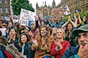 英國脫歐政客利用仇恨,蒙蔽事實,本末倒置,結果令英國公投脫歐後,不少人後悔上街要求再舉行公投,淪為國際笑柄。(法新社資料圖片)