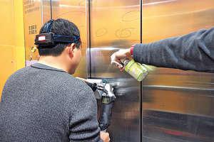李仕沖指:「1位師傅每天可打磨1、2部電梯。」拉絲電梯修復後,光可鑑人,不需整個換掉,環保之餘,還將成本降至2成半至3成。(受訪者提供圖片)