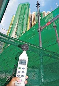 記者在景泰苑不同地點用分貝機作噪音測試,發現面向太子道東的兩翼位置,錄得最高80.9分貝。(陳偉英攝)
