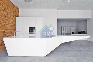 由300種物料打造而成的廚櫃,以純白色系打造簡約淨白的感覺。