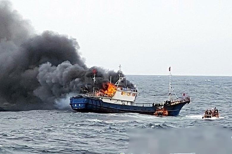 中國漁船起火前,南韓海警曾向漁船投擲震撼彈。