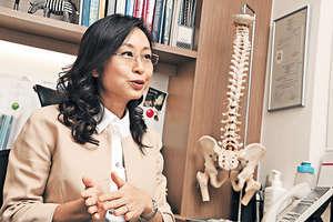脊醫吳玨儒強調,現時沒有證據顯示內服膠原蛋白能直接被身體吸收,所以想改善痛症,最好都是注意維他命 C 補充更適合。(陳智良攝)