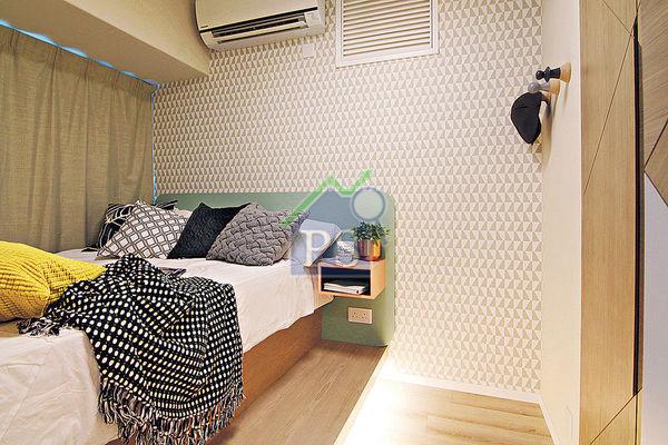 【北欧家居设计示范:几何墙纸】於睡房的墙面裱贴灰色拼白色的三角形