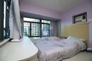 睡房闊落,曲尺大窗增加採光。