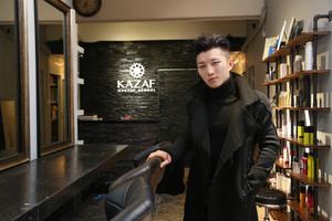 採訪當日,Ricky一身黑色型格韓風打扮,並配襯前衛髮型,如不仔細留意根本難以發現他化了底妝及眼妝。