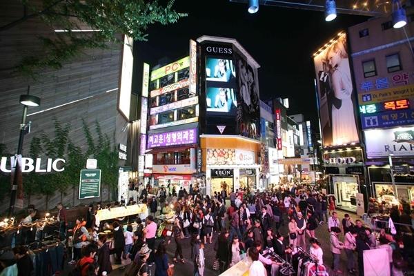 南韓化妝品深受中國旅客歡迎。圖為明洞街頭。