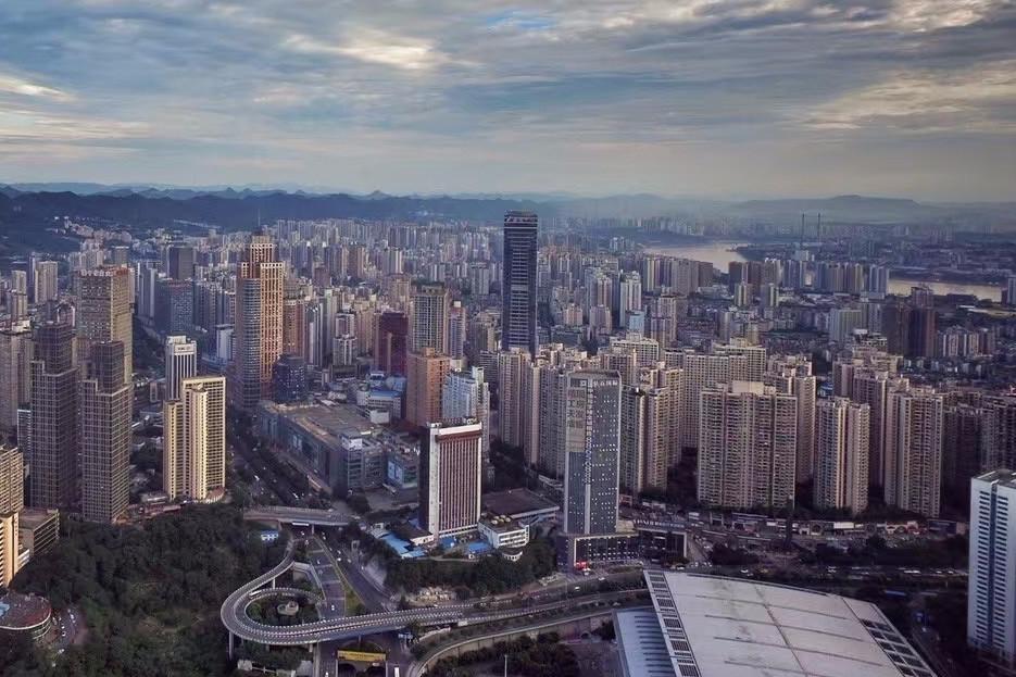 重慶國土房管部門昨晚急表態,批評有人散播假消息為樓市推波助瀾,稱要堅決遏制「炒房」行為。