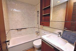 浴室則配置浴缸,適合喜歡浸浴的人士。(本刊攝影組)