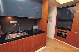 開放式廚房分兩邊而建,慳位及設有多個廚櫃方便收納。(本刊攝影組)