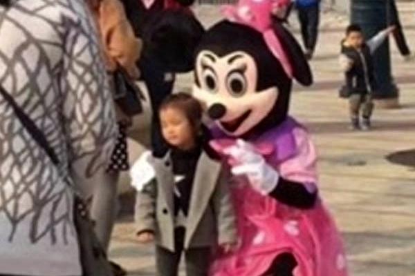 上海迪士尼小鎮,早前被發現有山寨米妮入侵。