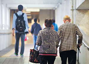 施政報告建議單身長者資產少於144000元,及夫婦長者合計資產少於218000元,可每人每月領取3435元退休津貼。(資料圖片)