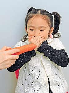 英國有組織建議藉小額金錢或禮物鼓勵小孩吃菜,但由父母靠耐性營造支持吃菜的家庭環境似乎更重要。(資料圖片)