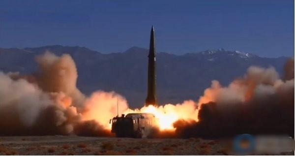 中國火箭軍日前公開東風-16新型中近程導彈的部署訓練情況。