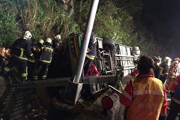救援人員正在施救,但許多乘客被證實當瑒死亡。