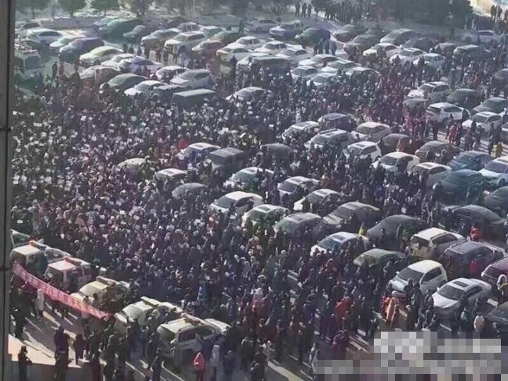 當局出動大批警力及公務車輛,阻止民眾接近政府大樓