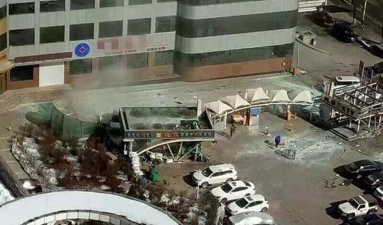 KTV玻璃門被炸碎,現場冒起濃煙