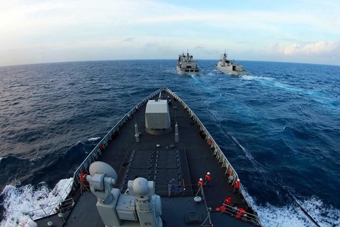 南海艦隊遠海訓練編隊駱馬湖艦,昨天在南海某海域對長沙艦、海口艦進行綜合補給。