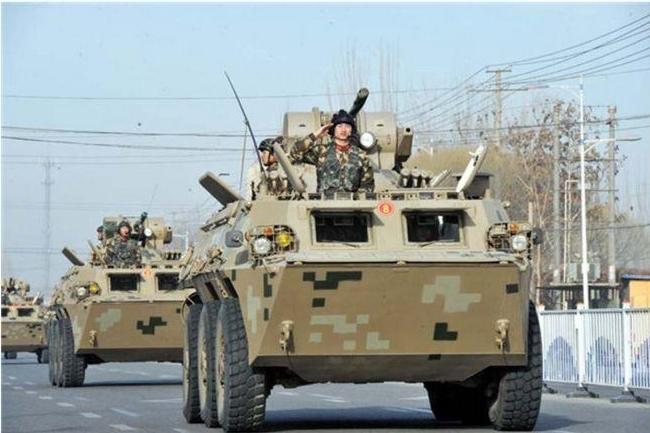 誓師大會中,裝甲車巡街展示筋肉。