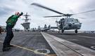 美軍展示的照片,包括直升機升降及戰機維護的狀況。