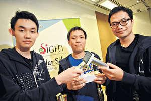 科大計算機科學及工程學系4年級生Evan Laiman(左)、Erez Stanza(中)及Reynaldi Wijaya(右)將眼底照相機簡便化,變成手提裝置,並為此設計雲端程式,加快篩選過程,令糖尿眼患者可更快獲得治療。(梁偉榮攝)