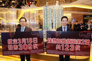 新地副董事總經理雷霆(左)表示,次批123伙平均加幅2%至3%,連同首批共撥出309伙本周六售,總市值48億元。右為新地代理總經理陳漢麟。