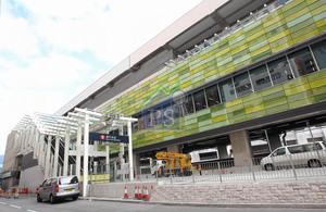 港鐵南港島綫通車後,帶動區內轉型,為該區增添了商業氣氛。