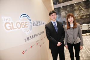 恒地營業(二)部總經理韓家輝(左)表示,「創匯國際中心 THE GLOBE」的「創匯」指開「創」商機,「匯」聚各種優勢。旁為恒地營業(二)部副總經理蔡韻玲。