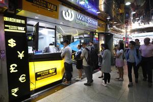 自由行旅客足迹遍布港九新界,故各區均能見到找換店的蹤影。