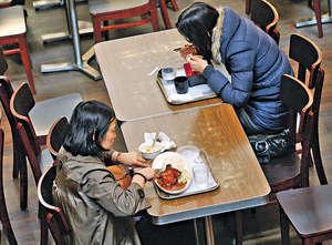 不少市民外出用膳時,會選擇碟頭飯醫肚,但一碟飯的鈉含量往往已超出世衞建議成人每日的攝取上限。(資料圖片)