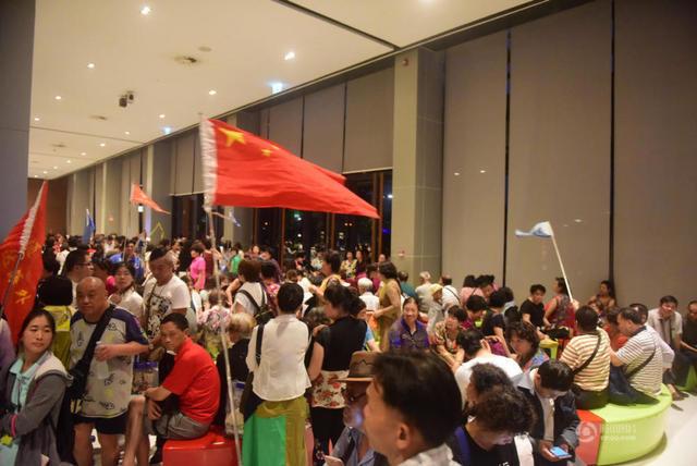 更有中國旅遊團的團員,竟手揮大幅五星旗爆買。