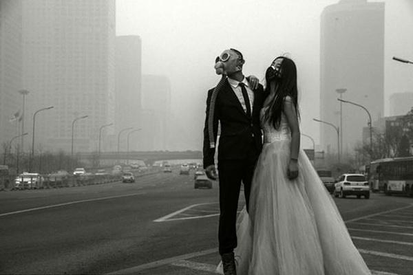 內地攝影師拍攝諷刺霧霾污染的照片。