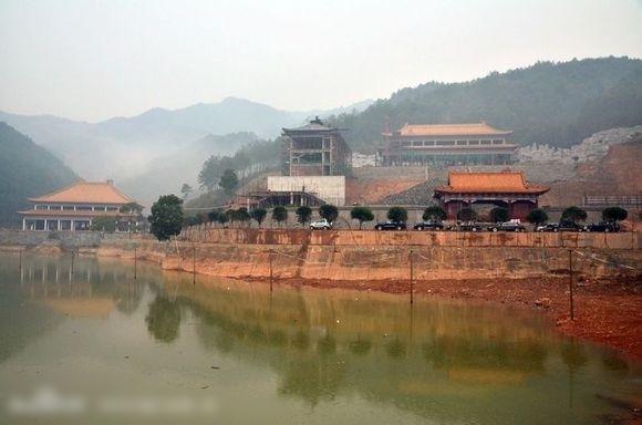 華東交通大學理工學院斥資10億元人民幣在江西省宜春市靖安縣境內興建新校區,其外觀竟酷似古代宮殿。
