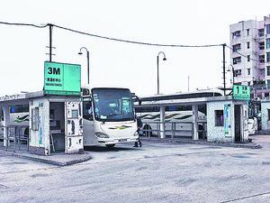碼頭旁邊有巴士總站(本刊攝影組)