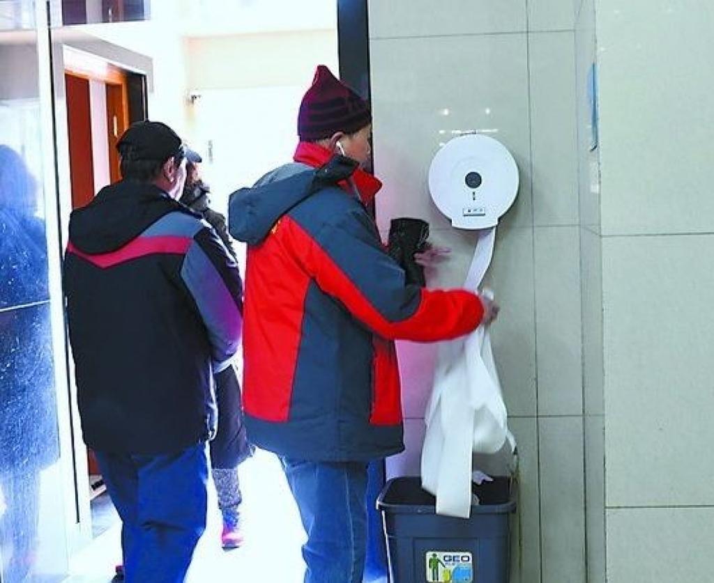 亂取用公共廁所免費衛生紙的情況在內地時有發生。
