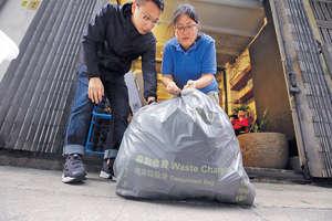環境局今日將公布都市固體廢物收費的詳細建議,曾參加試驗計劃的花店老闆Julia(右)期望,枯枝落葉等有機廢物可回收,以減低垃圾費。(陳國峰攝)