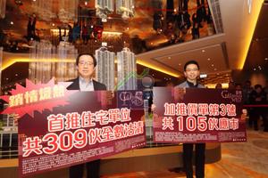 新地副董事總經理雷霆(左)表示,西南九龍匯璽新一批105伙加價3%至4%,反映樓層、景觀及收票數字,加幅輕微。右為新地代理總經理陳漢麟。
