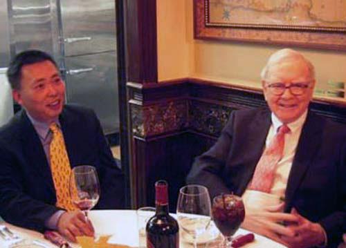 段永平(左)投資有道,被稱為中國畢菲特